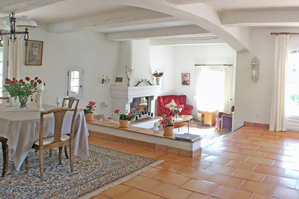 Living room in Provence holiday villa