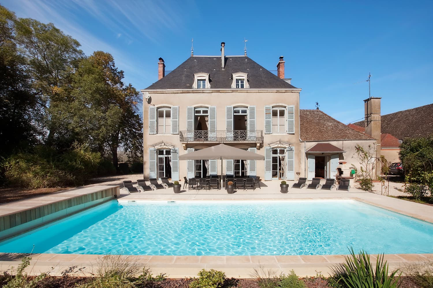 Holiday château with private, heated pool in Burgundy