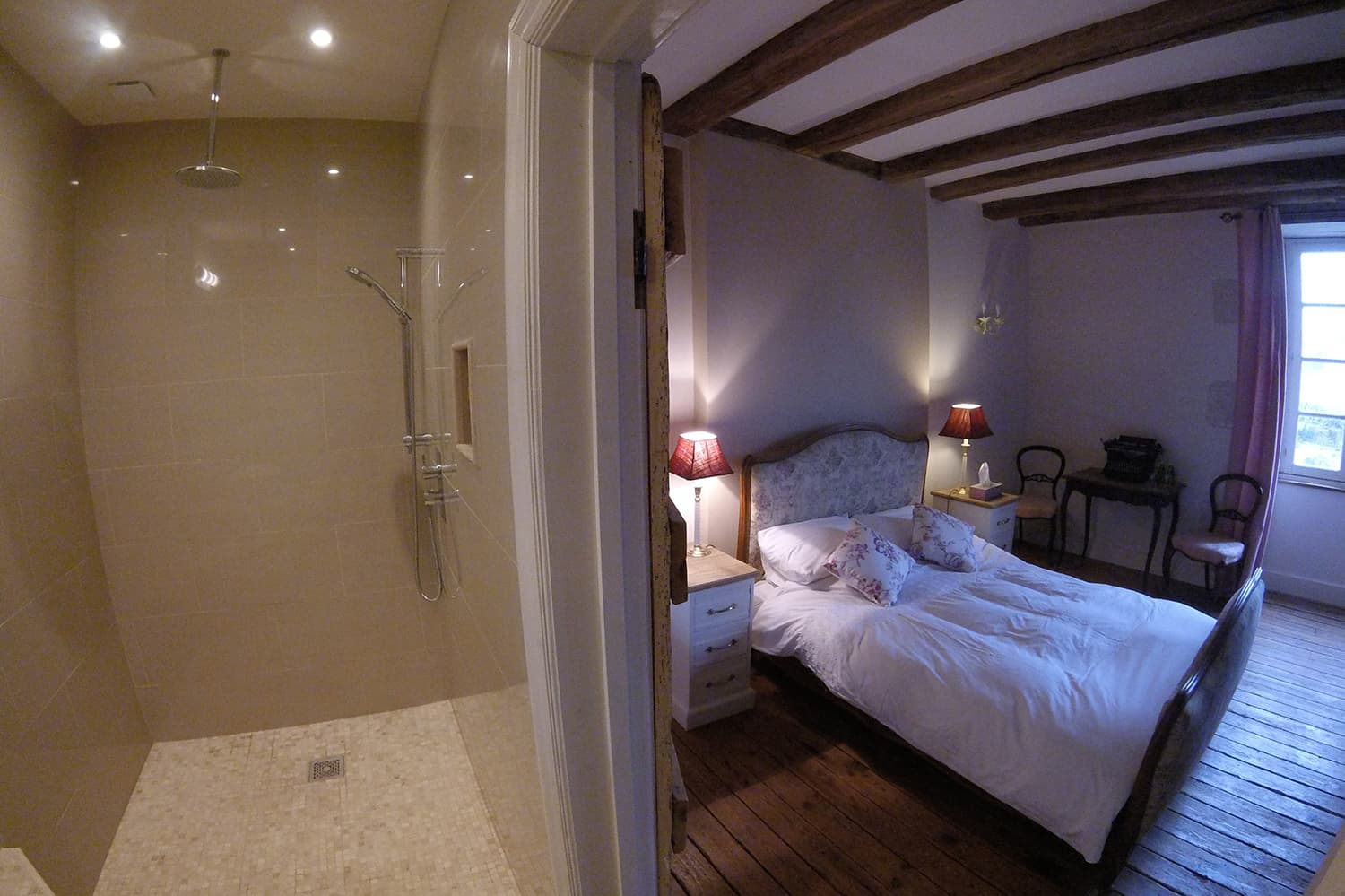 Bedroom with ensuite bathroom in Gournay-Loizé vacation home