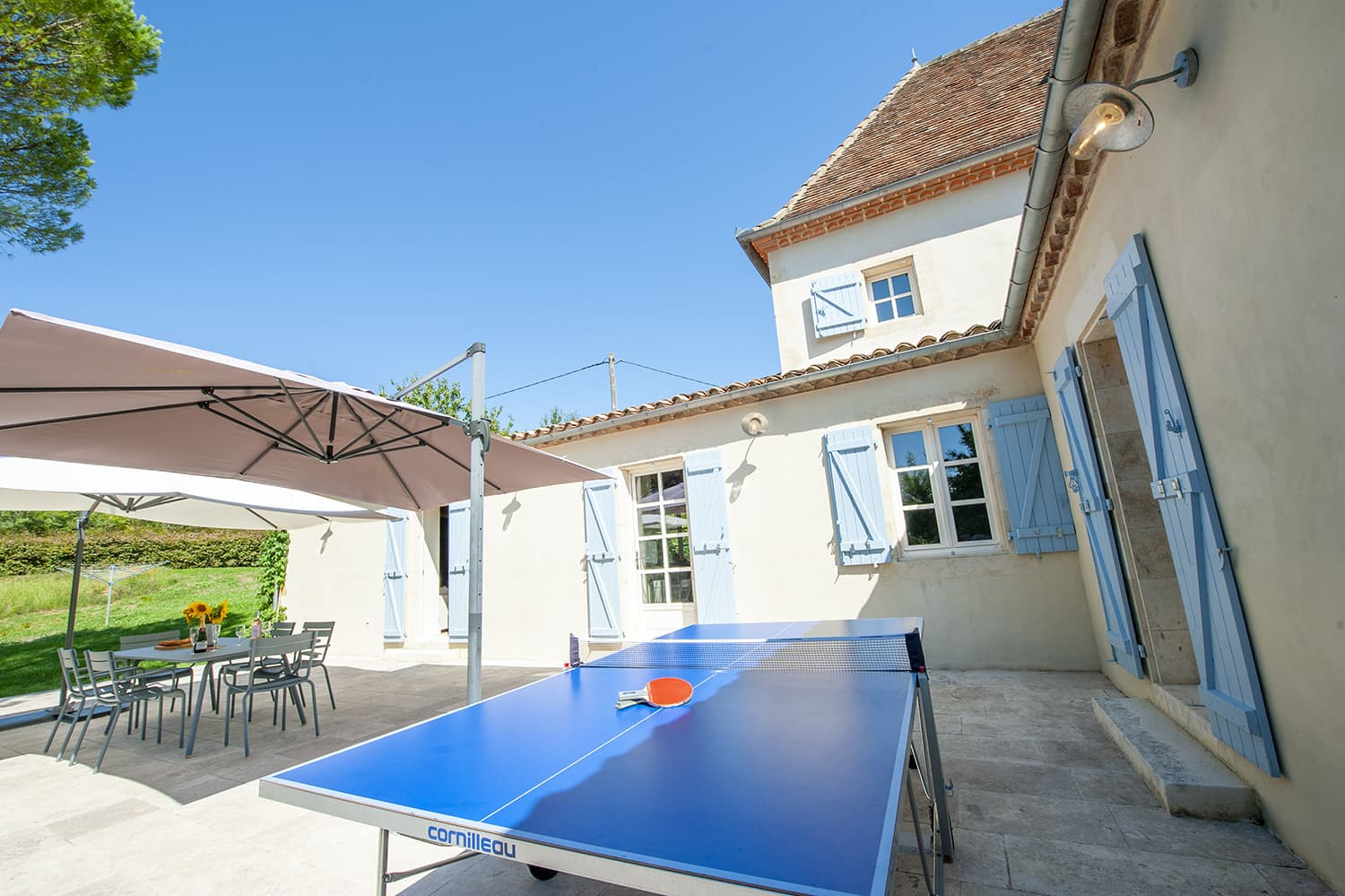 Dining terrace with table tennis
