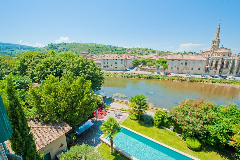 Private pool and garden with view of Limoux cathedral