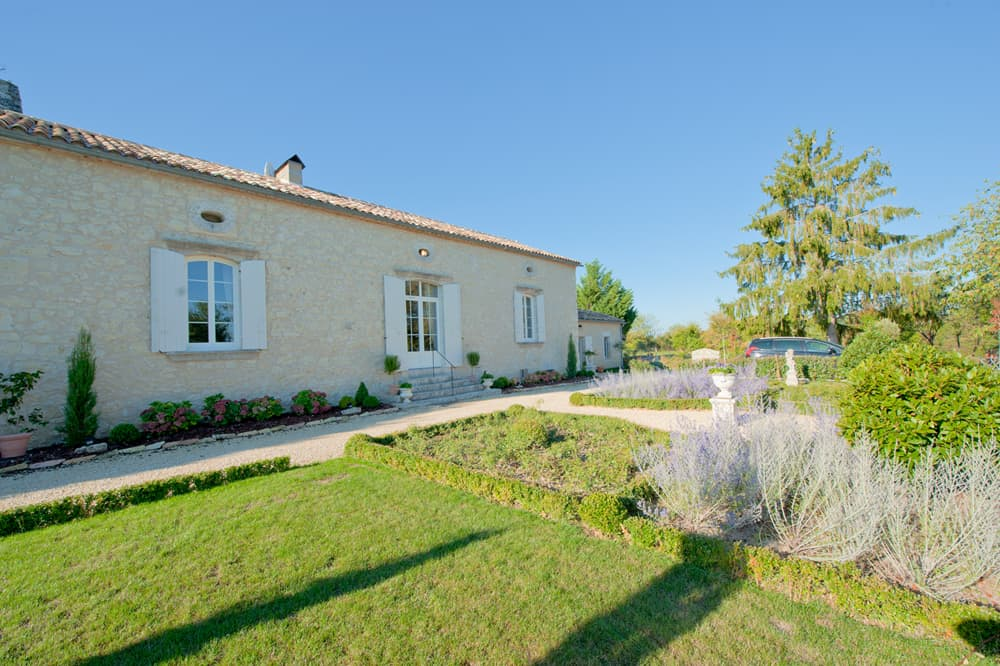 Rental home in Dordogne with lawned garden