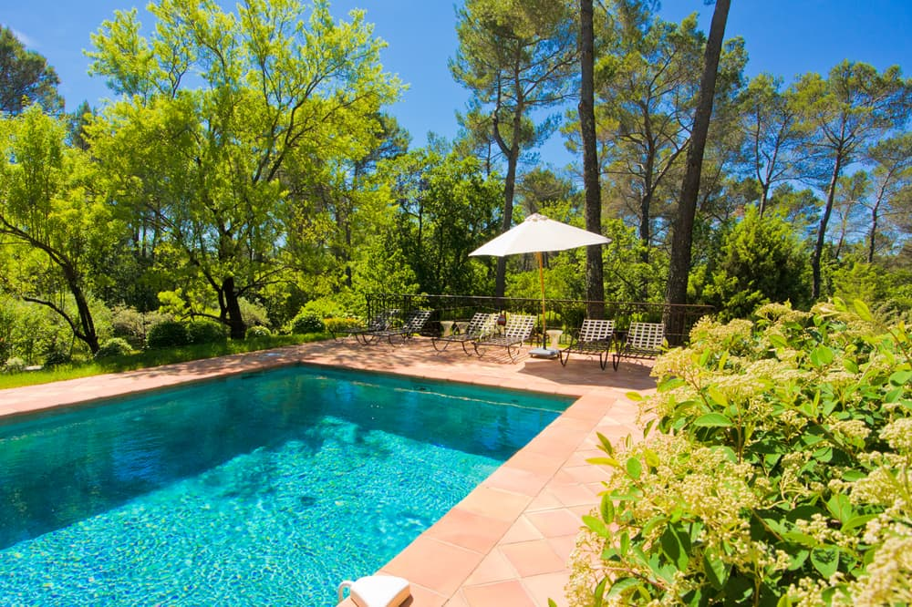 Private pool with terrace in Provence