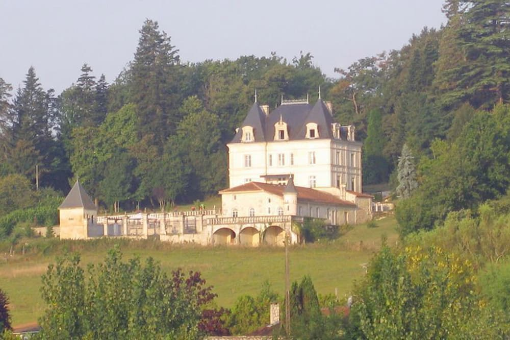 Holiday château in West France