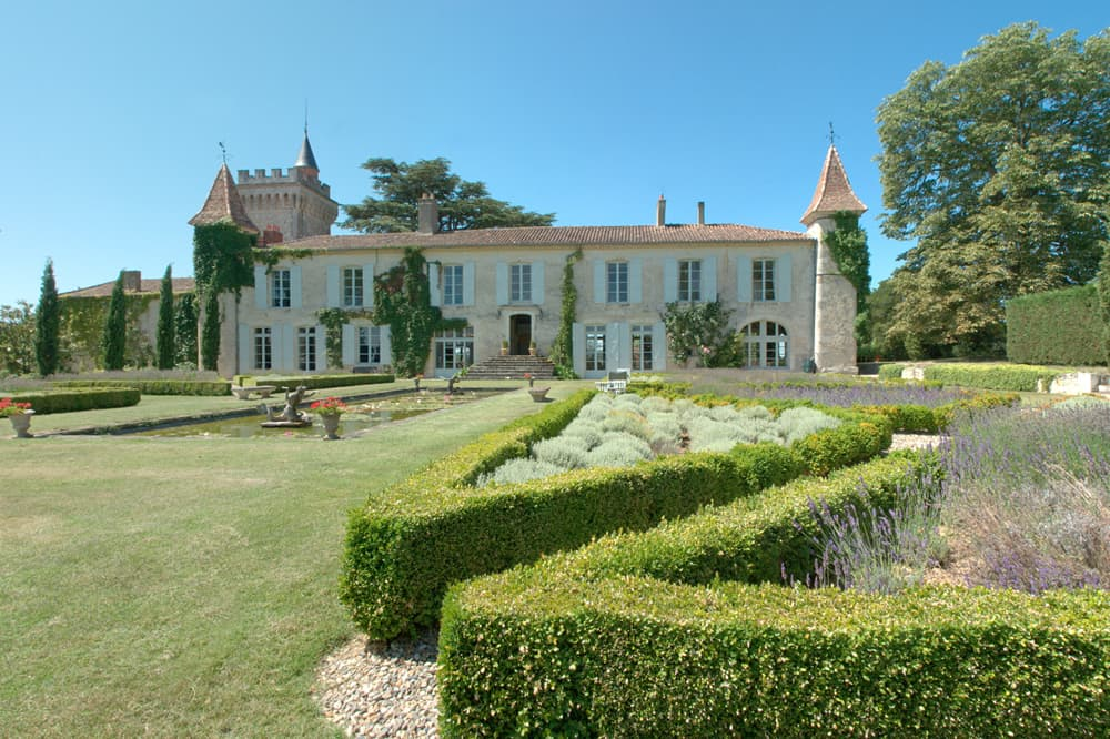 Holiday château with lawned gardens in Dordogne