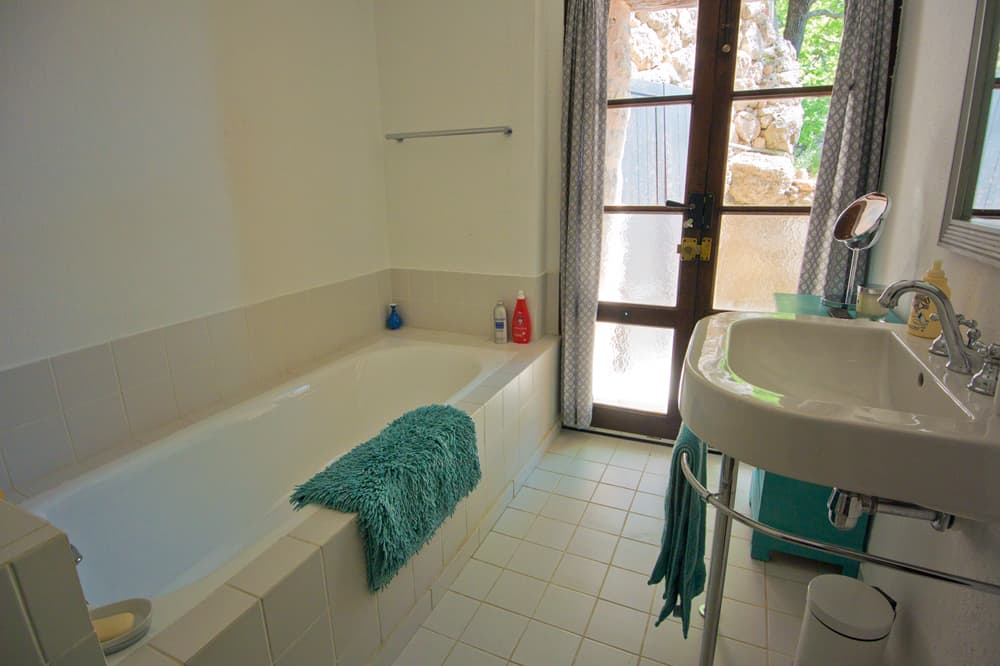Bathroom in Provence self-catering accommodation